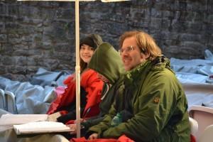 Trotz Regen gut gelaunt: Regisseur Oliver Zimmmer mit Assistentin Eva-Maria Reichert und Hospitantin.