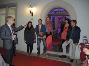 Regisseur Martin König, Ensemble, Assistenz und Bühnenbildner auf der anschließenden Premierenfeier