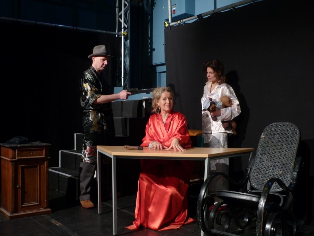 """Szene aus """"Ein Sonntag zum Töten"""" auf der Probebühne in Stuttgart. Mit (v.l.n.r.) Udo Rau, Barbara von Münchhausen und Marie-Louise Gutteck"""