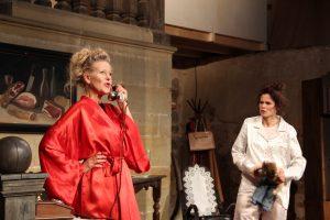 """Szene aus """"Ein Sonntag zum Töten"""" mit Barbara von Münchhausen (links) und Marie-Louise Gutteck; Foto: Berit Löffler"""