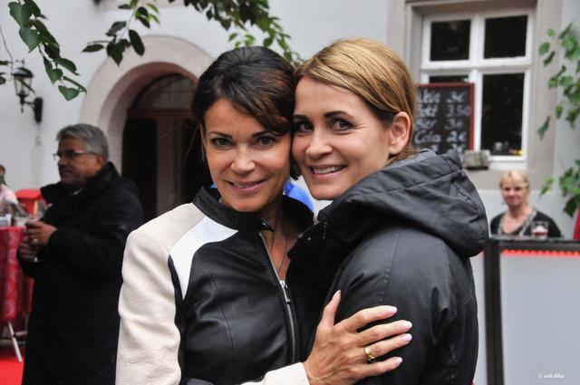 Die erfolgreiche Regisseurin Gerit Kling (links) mit ihrer Schwester Anja Kling (rechts) bei der Premierenfeier am Toppler Theater. Foto © DIETER BALB